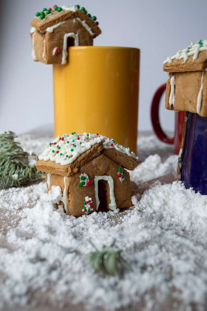 mini gingerbread houses on coffee mugs with snow